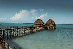Покрыванные соломой хаты на деревянной пристани, Занзибаре Стоковые Изображения RF
