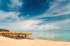 Покрывать зонтик, sunbeds на пляже в Греции Стоковое Фото