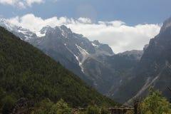 покрынный снежок гор стоковые фотографии rf