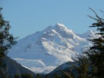 покрытая верхняя часть солнечности снежка горы Стоковое Изображение RF