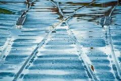 покрытая вода железнодорожных следов Стоковые Изображения
