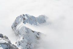 Покрытая гора стоит вне от моря тумана Стоковые Фото