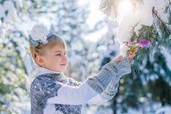 покрытая зима сказа снежка дома fairy пущи деревянная Красивая маленькая девочка идет в снежный лес Стоковые Изображения