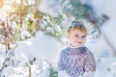 покрытая зима сказа снежка дома fairy пущи деревянная Красивая маленькая девочка идет в снежный лес Стоковые Фотографии RF