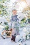 покрытая зима сказа снежка дома fairy пущи деревянная Красивая маленькая девочка идет в снежный лес Стоковая Фотография RF