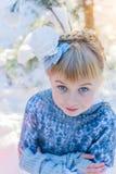 покрытая зима сказа снежка дома fairy пущи деревянная Красивая маленькая девочка идет в снежный лес Стоковое Фото
