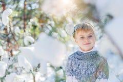покрытая зима сказа снежка дома fairy пущи деревянная Красивая маленькая девочка идет в снежный лес Стоковые Фото