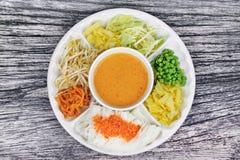 Покрытая лапша риса семенила высушенную креветку, который служат с карри рыб внутри Стоковое Фото