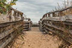 Покрытая Песк тропа для того чтобы пристать вначале приземляясь парк штата к берегу Стоковое фото RF