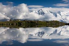 покрытая Снег горная цепь отражая в озере Стоковая Фотография RF