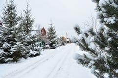 покрытая Снег грязная улица в деревне Стоковая Фотография