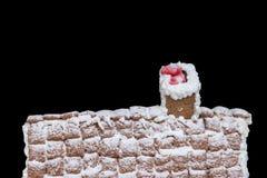 покрытая Снег крыша домодельного дома пряника с выступать Стоковые Фотографии RF