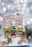 покрытая Снег крыша домодельного дома пряника с выступать Стоковое Изображение RF