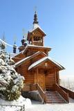 покрытая Снег Москва после сильного снегопада Старая церковь святых апостолов Константина и Elena в Mitino Стоковые Изображения