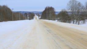 покрытая Снег проселочная дорога Лес сказки на горизонте стоковое фото rf