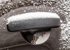 покрытая Снег ручка автомобиля Стоковое Фото