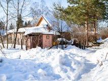 покрытая Снег сельская задворк в русской деревне стоковые фото