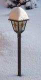 покрытая улица снежка светильника Стоковые Изображения