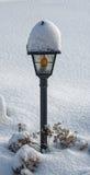 покрытая улица снежка светильника Стоковые Фотографии RF