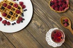 2 покрытого waffles на белизне и стекле сока Стоковое Изображение