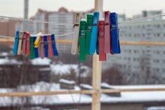 покрытое Снег снаружи зажимок для белья в зиме стоковые фотографии rf