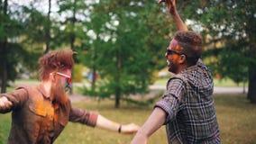 Покрыто замедленное движение excited молодых человеков кавказских и Афро-американского танцевать совместно outdoors, сторон и вол акции видеоматериалы