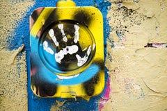 Покрытые граффити огораживают с белой печатью руки Стоковые Изображения
