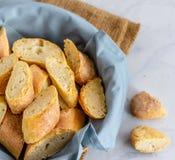 Покрытые коркой французские куски багетов в корзине стоковые фотографии rf