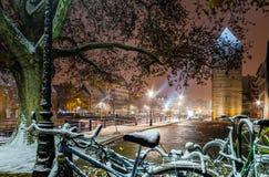 покрытые Снег велосипеды на улице, страсбурге, взгляде ночи, Chr Стоковая Фотография