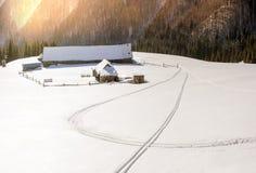 покрытые Снег дома в Карпатах Стоковое Фото