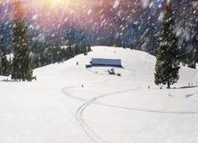 покрытые Снег дома в Карпатах Стоковые Изображения