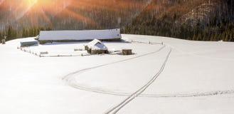 покрытые Снег дома в Карпатах Стоковое фото RF