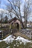Покрытый деревянный мост над потоком мельницы Стоковое Изображение