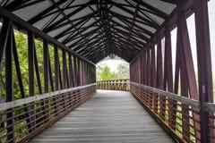 Покрытый идя мост пересекая реку Fox - St Charles, IL стоковое изображение rf