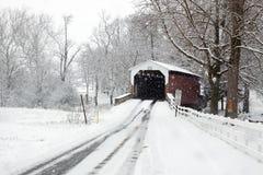 Покрытый мост в снежке Стоковое Фото