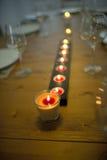 Покрытый обеденный стол с бокалами и свечой Стоковая Фотография RF