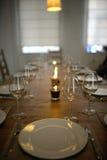 Покрытый обеденный стол с бокалами Стоковые Фотографии RF