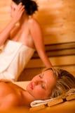 покрытый ослабляя sauna потея женщины полотенца 2 Стоковое фото RF