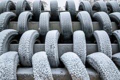 Покрытый при автошины снега штабелированные в строках Стоковое Изображение RF