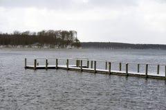 покрытый Снег деревянный мост в море Стоковое Изображение