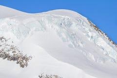 покрытый Снег ледник в горы Saas-гонорара в Швейцарии стоковое изображение
