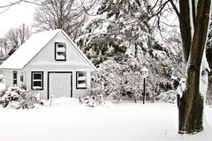 покрытый снежок дома сада Стоковая Фотография