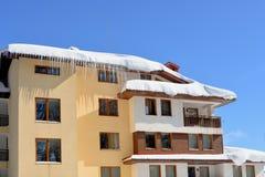 покрытый снежок дома Покрытый с снегом, вися сосульки льда Стоковое Изображение RF