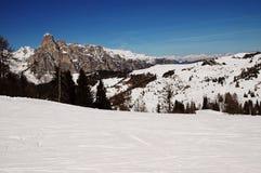 покрытый снежок лыжи курорта гор dolomiti стоковая фотография