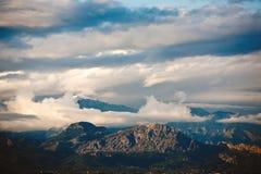 покрытый снежок пиков горы рисуночный Стоковое Изображение