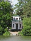 Покрытый с зеленым газебо крыши в парке около озера Uman Украина Стоковые Изображения