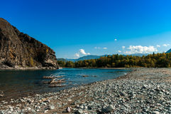 Покрытый с рекой горы побережья камней Стоковые Фотографии RF