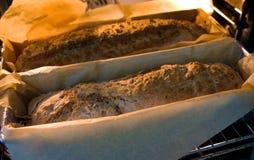Покрытым коркой рецепт еды домодельного хлеба испеченный домом стоковые фото