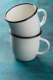 2 покрытых эмалью чашки Стоковые Фото
