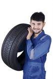Покрышка автомобиля аравийского механика поднимаясь Стоковая Фотография